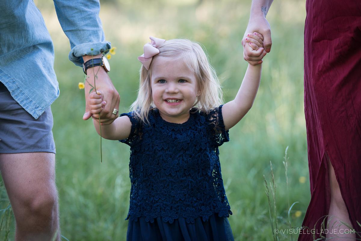Flicka håller handen